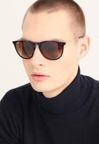 Ray-Ban - ERIKA - Aurinkolasit - brown gradient - 1