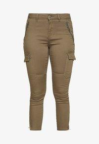 Vero Moda Petite - VMHOT SEVEN CARGO PANT - Pantalon cargo - ivy green - 3
