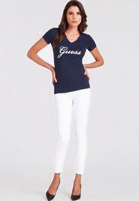 Guess - SLIM FIT - T-shirt z nadrukiem - blue - 1