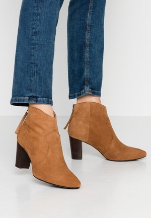 NARELA - Ankle boots - cobnut