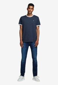 Jack & Jones - KONTRASTDETAIL - Print T-shirt - navy blazer - 1