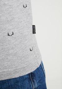 Pier One - T-shirt med print - mottled grey - 4