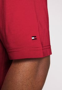 Tommy Hilfiger - CORP STRIPE TEE - T-shirt con stampa - red - 6