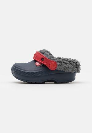 CLASSIC BLITZEN III CLOG UNISEX - Pantofle - navy/slate grey
