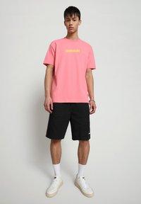 Napapijri - BEATNIK - Print T-shirt - pink strawberry - 1