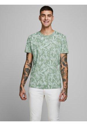 JORELRON ORGANIC - Print T-shirt - green milieu 2