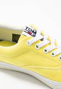 Tommy Jeans - LOWCUT ESSENTIAL - Matalavartiset tennarit - frozen lemon