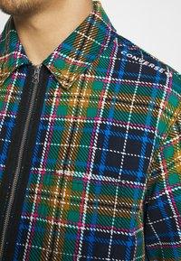 Converse - ALL OVER UTILITY ZIP FRONT SHIRT UNISEX - Summer jacket - tartan - 3