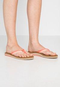 Reef - VOYAGE LITE BEACH - Sandály s odděleným palcem - orange - 0