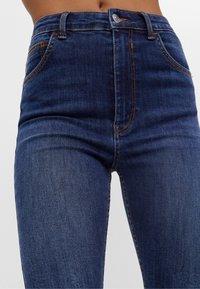 Bershka - MIT SEHR HOHEM BUND  - Jeans Skinny Fit - dark blue - 3