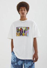 PULL&BEAR - MIT BUNTEM SLOGAN - Print T-shirt - white - 0