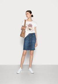Cream - AMAT - Print T-shirt - eggnog - 1