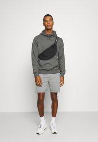 Calvin Klein Jeans - MONOGRAM BADGE GRINDLE HOODIE - Luvtröja - black - 1