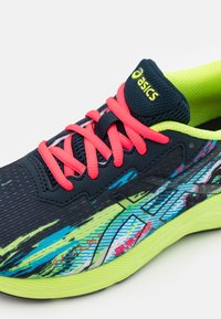 ASICS - GEL-NOOSA TRI 13 UNISEX - Zapatillas de competición - black/hazard green - 5