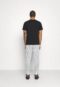 Nike Sportswear - REPEAT - Träningsbyxor - light smoke grey/white - 2