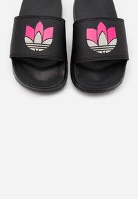 adidas Originals - ADILETTE SPORTS INSPIRED SLIDES - Pantofle - core black/grey two/shock pink - 5