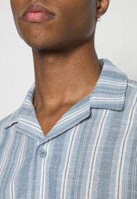 Cotton On - TEXTURED SHORT SLEEVE SHIRT - Skjorta - blue - 4