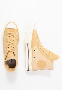 Converse - CHUCK TAYLOR ALL STAR 70 - Höga sneakers - pale wheat/egret/black - 1