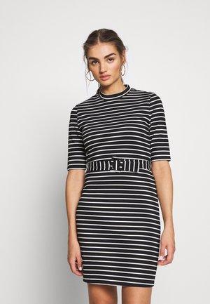 3/4 BELTED DRESS - Pouzdrové šaty - black/cloud dancer
