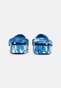 Crocs - CLASSIC MARBLED UNISEX - Zuecos - bright cobalt/white - 2