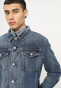 Superdry - HIGHWAYMAN TRUCKER - Denim jacket - vale mid blue - 4
