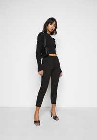 Vero Moda Petite - VMVICTORIA ANTIFIT ANKLE PANTS  - Trousers - black - 1