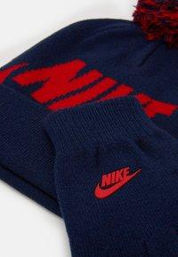 Nike Sportswear - POM BEANIE GLOVE SET - Gloves - midnight navy - 3