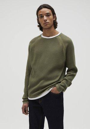 MIT FARBLICH ABGESETZTEM DOPPELKRAGEN - Stickad tröja - mottled green