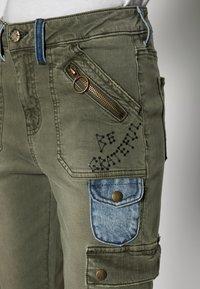 Desigual - PANT COBAIN - Cargo trousers - green - 4