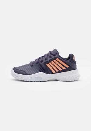 COURT EXPRESS OMNI UNISEX - Multicourt tennis shoes - graystone/peach nectar/white