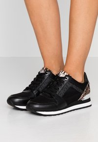 MICHAEL Michael Kors - BILLIE TRAINER - Sneakers laag - black/gun - 0