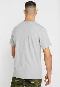 Nike Sportswear - CLUB TEE - T-shirts - dark grey heather/black