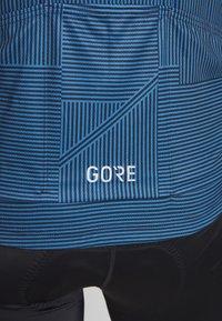 Gore Wear - LINE BRAND TRIKOT - T-shirt z nadrukiem - deep water blue/orbit blue - 5