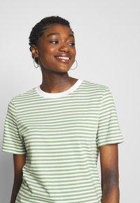 Selected Femme - PERFECT BOX CUT - Print T-shirt - watercress - 4
