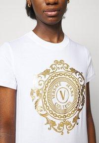 Versace Jeans Couture - DRESS - Sukienka z dżerseju - optical white/gold - 5