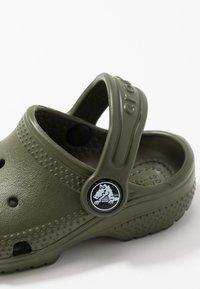 Crocs - CLASSIC UNISEX - Pool slides - army green - 2