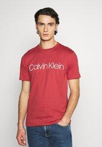 Calvin Klein - FRONT LOGO - T-shirt imprimé - red - 0