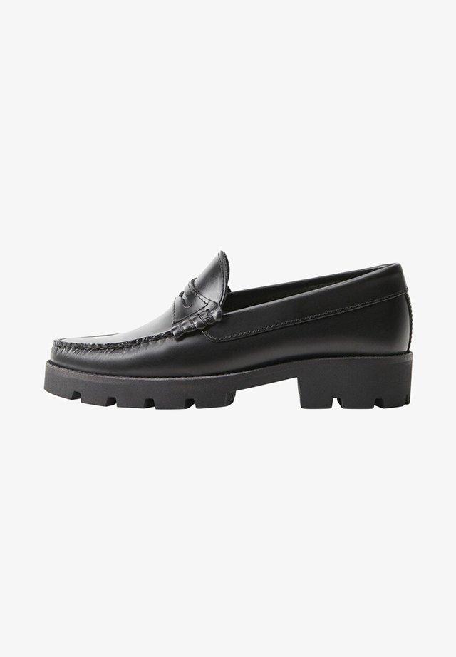 LEDERMOKASSINS MIT ABSATZ - Slippers - schwarz