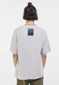 Bershka - OVERSIZED - T-shirt med print - light grey - 2