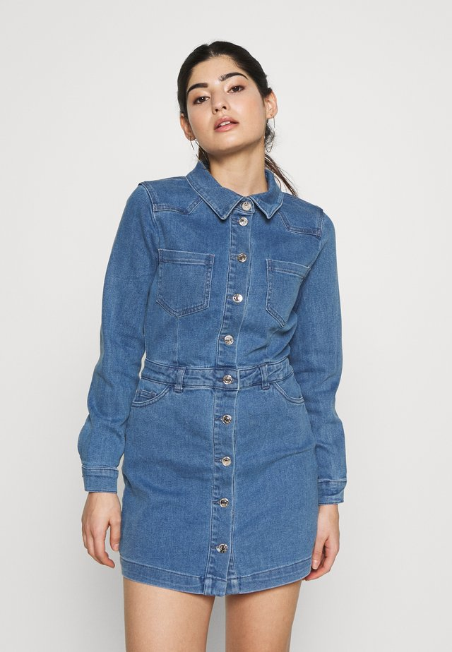 ONLCLEVA MEDI WAIST DRESS - Sukienka jeansowa - medium blue denim