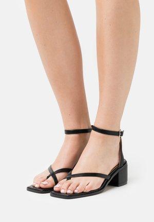 CROSSED TOE STRP - Sandals - black