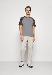 Lyle & Scott - COLOUR BLOCK - T-shirt - bas - mid grey marl - 1