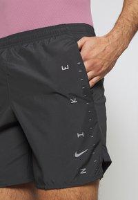 Nike Performance - M NK CHLLGR 7IN BF PO GX FF - Urheilushortsit - dark smoke grey - 3