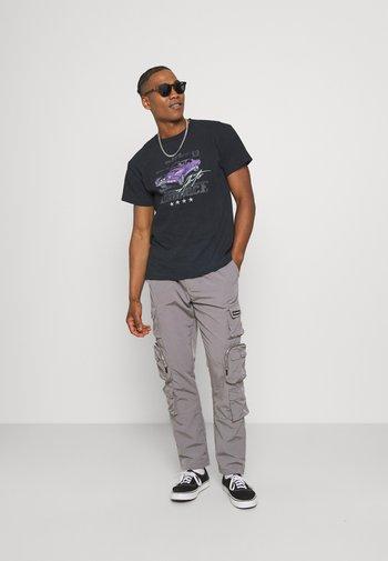 ON THE RUN  - Print T-shirt - washed black