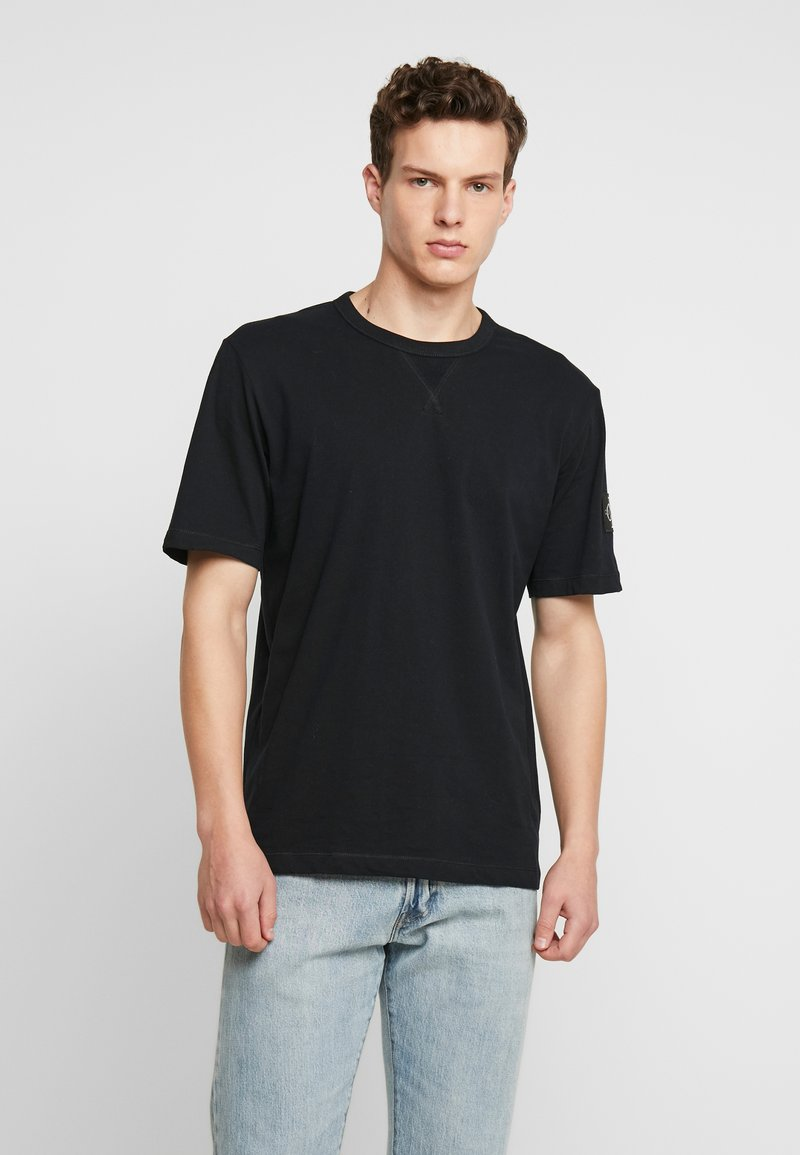 Calvin Klein Jeans - MONOGRAM SLEEVE BADGE TEE - T-shirt basic - black