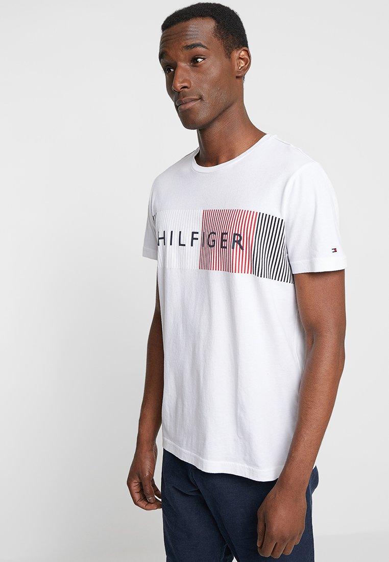 Tommy Hilfiger - CORP MERGE TEE - Printtipaita - white
