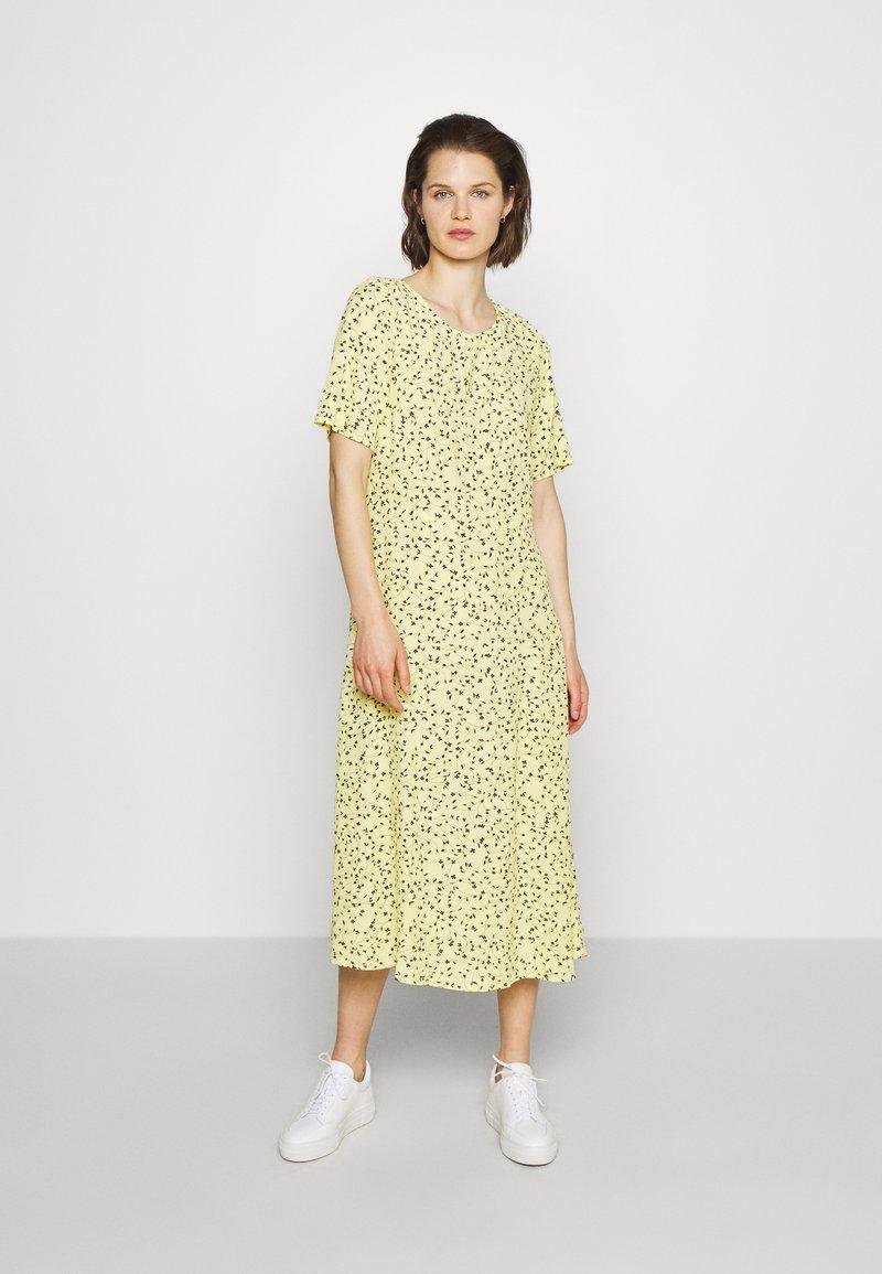 Moss Copenhagen - JILLIAN DRESS - Denní šaty - banana