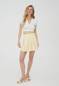 PULL&BEAR - MIT KELLERFALTEN UND SCHNALLE - Spódnica plisowana - beige - 1