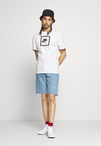 Nike Sportswear - M NSW SS TEE AIR 2 - Camiseta estampada - white/black