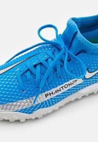 Nike Performance - JR PHANTOM GT ACADEMY DF TF UNISEX - Fodboldstøvler m/ multi knobber - photo blue/metallic silver/rage green - 5